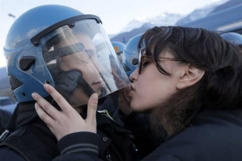 Αντιμέτωπη με τη δικαιοσύνη η Ιταλίδα που φίλησε το κράνος αστυνομικού
