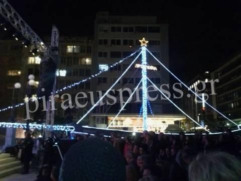 Άναψε το χριστουγεννιάτικο καράβι στο Δημ. Θέατρο Πειραιά (pics+vid)