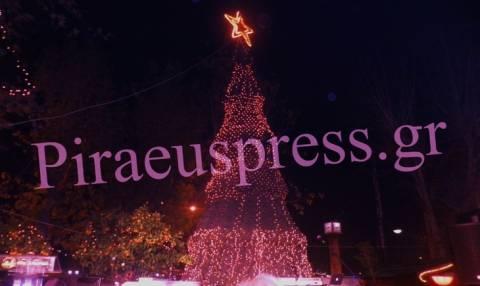 Πειραιάς: Εντυπωσιακή η φωταγώγηση του δέντρου (pics+vid)