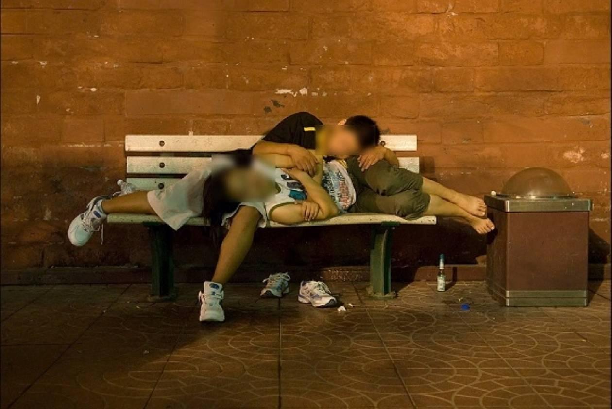 ΣΥΓΚΙΝΗΤΙΚΟ: Πατρινός ζει με την αγαπημένη του «άστεγη» σε παγκάκι!