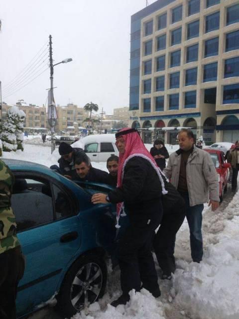 «Κόλλησαν» στο χιόνι και τους βοήθησε ο βασιλιάς της Ιορδανίας! (vid)