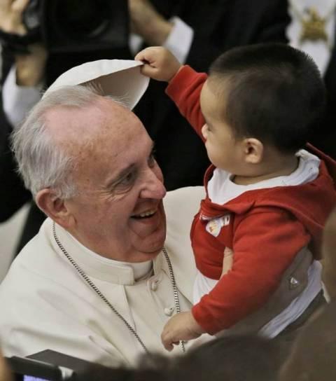 Δείτε τον πιτσιρικά που πείραζε τον Πάπα!Η φώτο της ημέρας