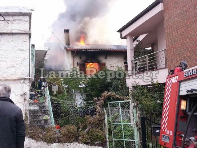 ΤΩΡΑ: Καίγεται σπίτι στη Λαμία