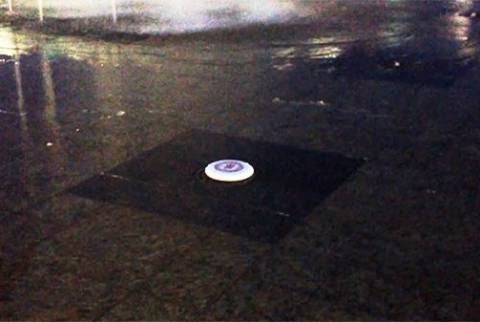 Τι θα συμβεί αν βάλεις ένα frisbee πάνω σε συντριβάνι; (βίντεο)