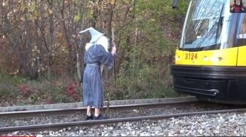 Φαρσέρ σταματάει τραμ ντυμένος... μάγισσα! (vid)