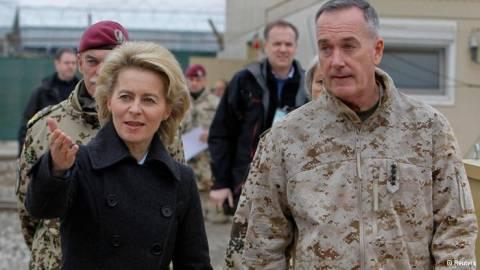 Μία υπουργός επιθεωρεί το στρατό