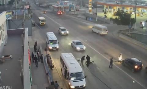 Ατύχημα - σοκ σε δρόμο της Σεβαστούπολης (βίντεο)