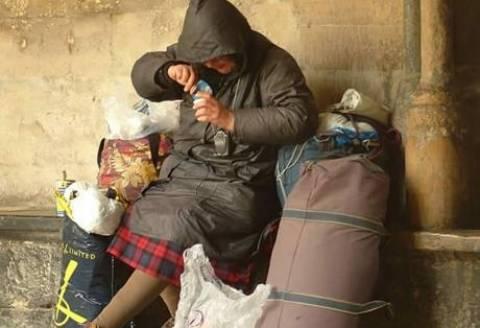 Πάτρα: Άστεγη κοιμάται τα βράδια στην πλατεία Υψηλών Αλωνίων