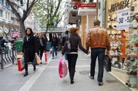 Οι ουρές στις εφορίες κρατούν μακριά τους πολίτες από τις αγορές
