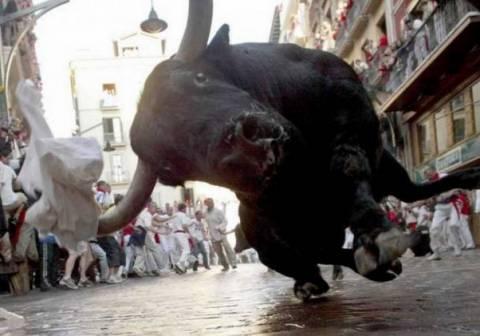 Aπίστευτο βίντεο: Ο ταύρος την πήρε και τη σήκωσε....