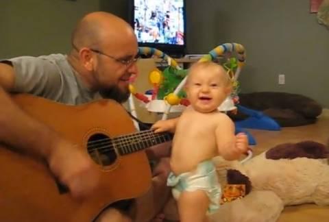 Το απίστευτο μωρό που ροκάρει με Bon Jovi! (βίντεο)