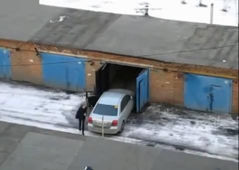 Όταν μια γυναίκα οδηγός προσπαθεί να μπει σε γκαράζ... (βίντεο)