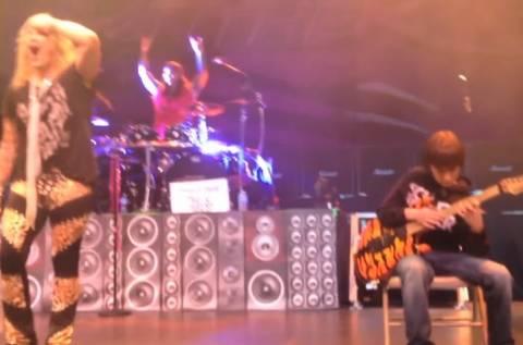 Απίστευτος 11χρονος τρέλανε τους πάντες σε συναυλία των Steel Panther!