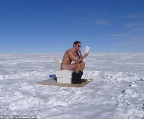 Γνωστός ηθοποιός ποζάρει γυμνός στην Ανταρκτική