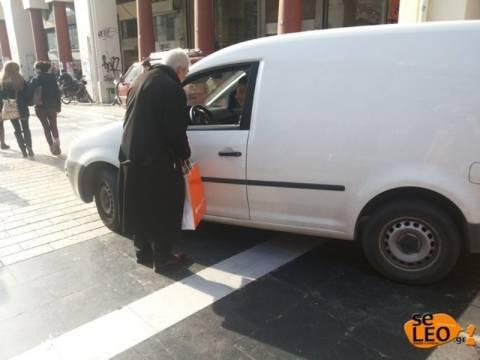 Αυτοκόλλητο «Είμαι γάιδαρος» κόλλησε ο Μπουτάρης σε αυτοκίνητο