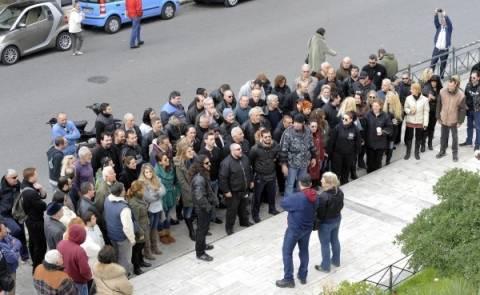 Καρέ-καρέ η επίθεση χρυσαυγιτών κατά δημοσιογράφων (vid)