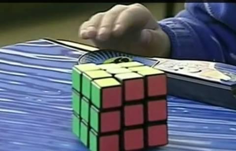 Τρομερός 9χρονος λύνει τον κύβο του Ρούμπικ σε χρόνο ρεκόρ! (βίντεο)