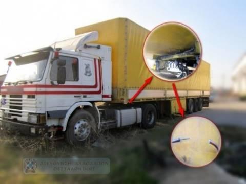 Μακεδονία: Δείτε που έκρυβε ο οδηγός φορτηγού τους μετανάστες (pics)