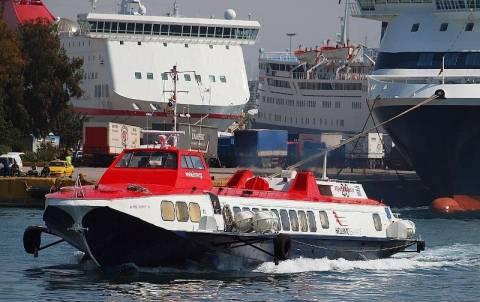 Μηχανική βλάβη καθήλωσε στο λιμάνι του Πειραιά «ιπτάμενο δελφίνι»