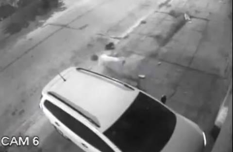 Γυναίκα οδηγός γλύτωσε το όχημά της από δύο κλέφτες! (βίντεο)