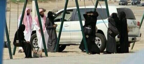 Στη Σαουδική Αραβία εμποδίζουν τις γυναίκες να κάνουν ακόμα και κούνια