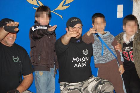 Ντοκουμέντα: Χρυσαυγίτες με όπλα-Βάζουν παιδιά να χαιρετούν ναζιστικά