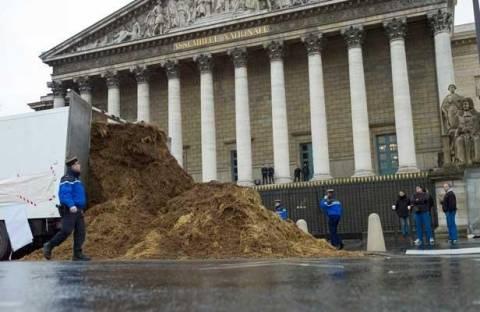 Απίστευτο: Πολίτης άδειασε φορτηγό με κοπριά στη Γαλλική Βουλή (pics)
