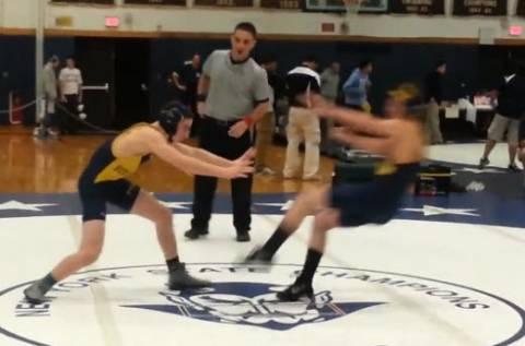Αθλητές της πάλης κάνουν πλακά και τρελαίνουν τον διαιτητή (βίντεο)
