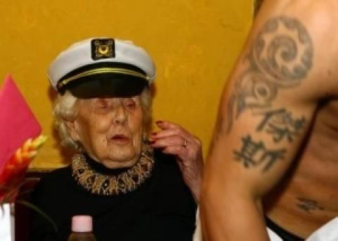 Απίστευτο: Γιόρτασε τα 100 της χρόνια με έναν... στρίπερ! (pics)
