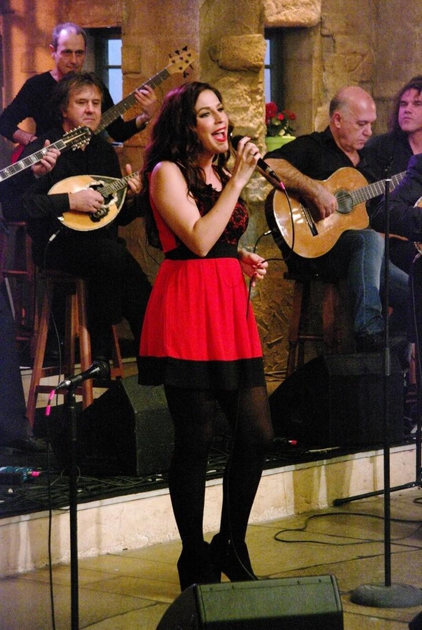 PHOTOS: Η Παπουτσάκη τραγουδά και η Ρώπα «τα σπάει»!