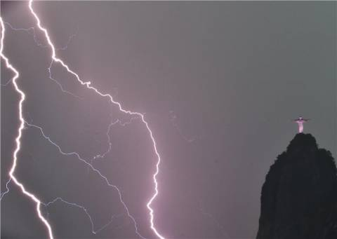 Ρίο: Το άγαλμα του Χριστού υπέστη ζημιά από τους κεραυνούς!