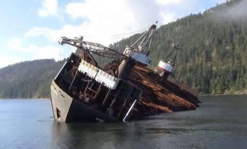 Έτσι ξεφορτώνει κορμούς δέντρων ένα φορτηγό πλοίο (βίντεο)