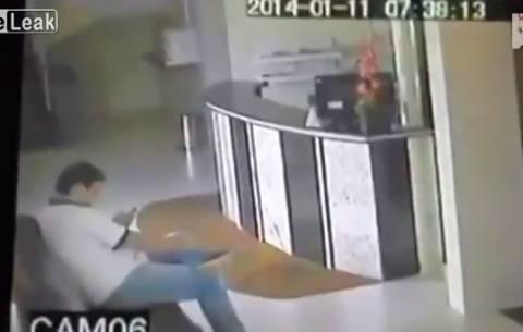 Βίντεο: ΑΠΙΣΤΕΥΤΟ ατύχημα - Εκεί που καθόταν ήρεμος ξαφνικά...