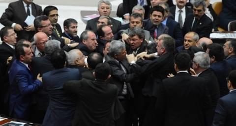 Μπουνιές «έπεσαν» πάλι...στην Βουλή της Τουρκίας