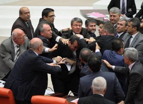 Τουρκία: Άγριο ξύλο και τραυματισμοί μέσα στο Κοινοβούλιο
