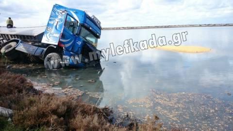 Λευκάδα: Φορτηγό φορτωμένο με καλαμπόκι έπεσε στην θάλασσα! (pics)
