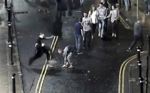 Βίντεο-ΣΟΚ: Τον κλώτσησε στο κεφάλι «σαν να ήταν μπάλα ποδοσφαίρου»