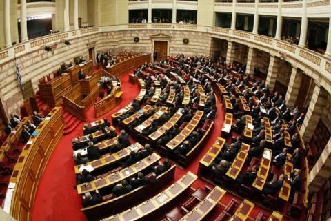 Κόντρα ΣΥΡΙΖΑ-ΝΔ στη Βουλή για την τραγωδία στο Φαρμακονήσι
