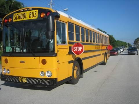 Οδηγός έβγαλε παιδιά από το λεωφορείο γιατί φώναζαν! (vid)