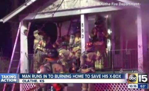 Μπήκε στο φλεγόμενο σπίτι του για να σώσει το... X-box του! (vid)