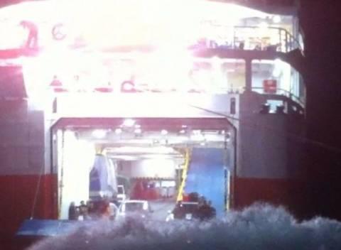 Νέα μάχη με τα κύματα για το «Αδαμάντιος Κοραής» στη Σίκινο (βίντεο)