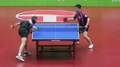 Video: Δεν έχετε δει πιο αστείο αγώνα πινγκ - πονγκ