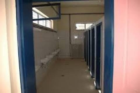Πάγωσαν όταν μπήκαν στις τουαλέτες του σχολείου και αντίκρυσαν...