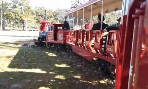 Τουριστικό τρενάκι πέφτει πάνω σε σταθμευμένο όχημα (βίντεο)
