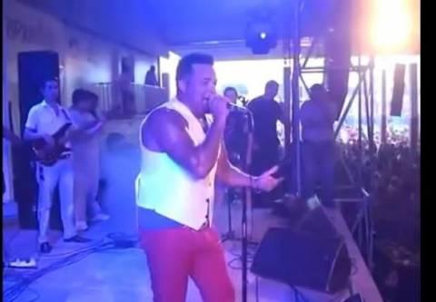 Βίντεο-ΣΟΚ: Τραγουδιστής παθαίνει ηλεκτροπληξία πάνω στη σκηνή