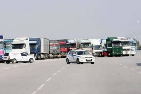 Με μπλόκα στα σύνορα απειλούν οι φορτηγατζήδες