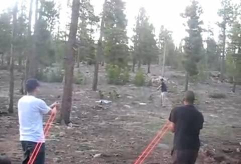 Του έριξαν βολή μπέιζμπολ χρησιμοποιώντας τεράστια σφεντόνα (βίντεο)