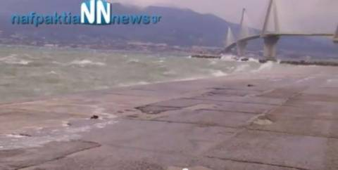 Βίντεο: Η θάλασσα σκέπασε το λιμάνι στο Αντίρριο