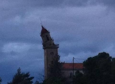 Aπίστευτη φωτογραφία από Κεφαλονιά: Καμπαναριό αιωρείται στο κενό