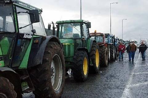 Χανιά: Αγρότες απέκλεισαν την εφορία και την εθνική οδό